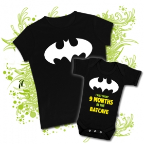 CAMISETA MAMA LOGO BATMAN + BODY I JUST SPENT 9 MONTHS IN THE BATCAVE BBMC